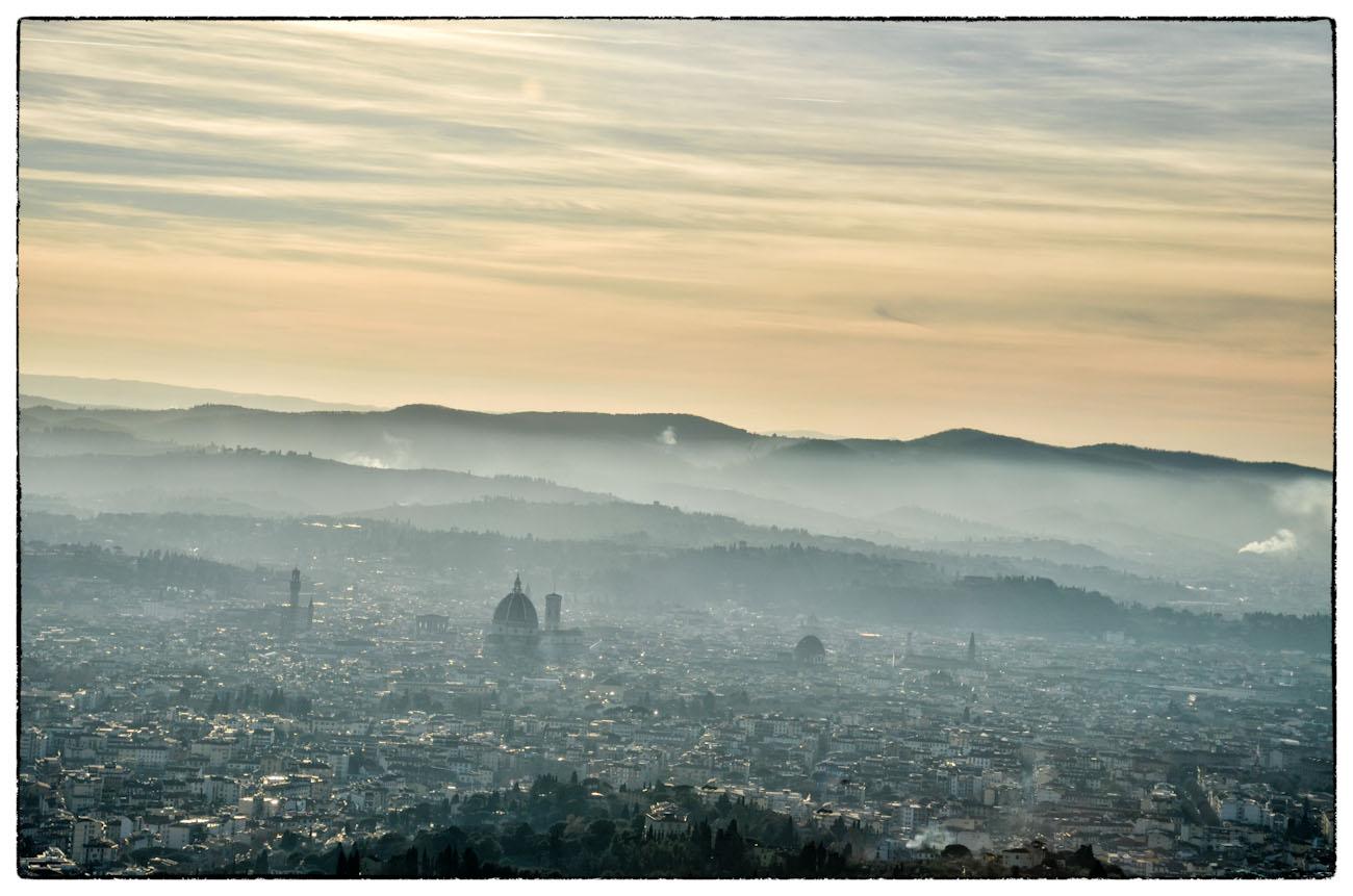 Vista di Firenze con foschia e cielo arancione
