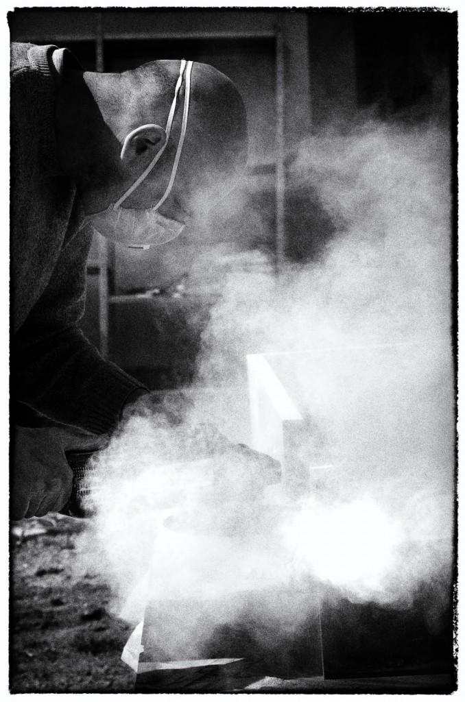 Nuvola di polvere avvolge lo scultore