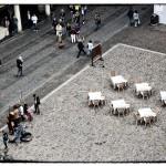 ristorante con tavoli in piazza