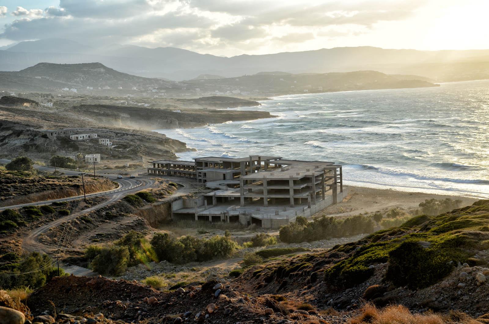 edificio abbandonato di fronte al mare